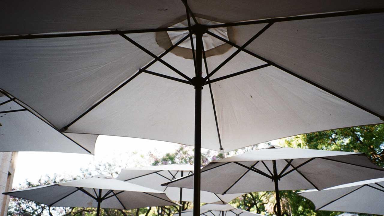 چتر باغی پایه وسط یا پایه بغل؟